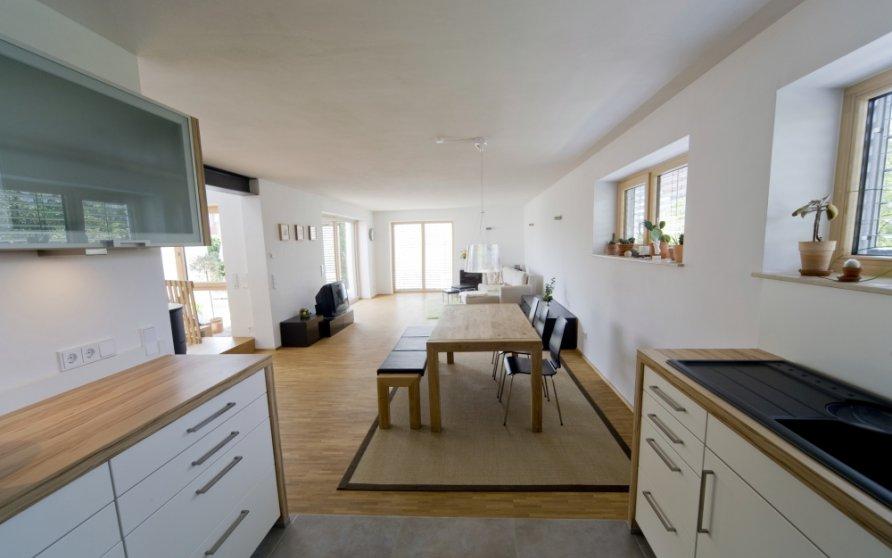 Blick von Küche in Wohn-Essbereich