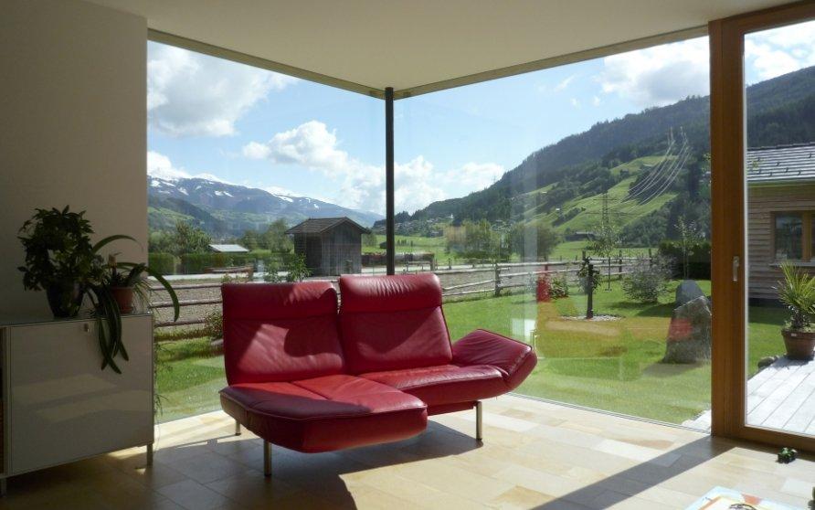 Wohnzimmer mit Übereck-Verglasung