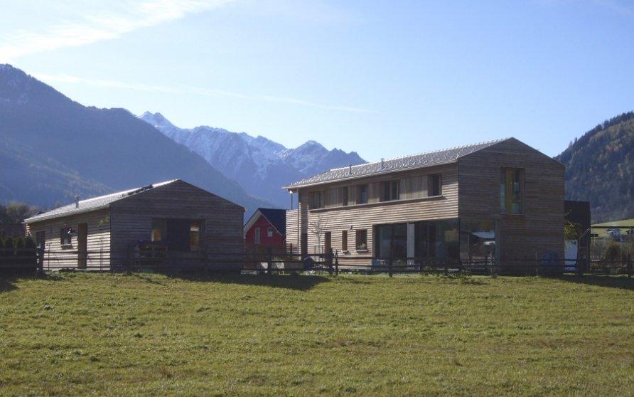 Blick von der Aue auf Wohn- und Praxisgebäude