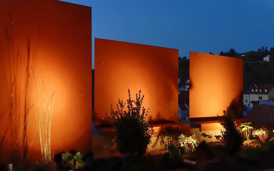 Außenanlage mit Cortenstahl-Sichtschutz