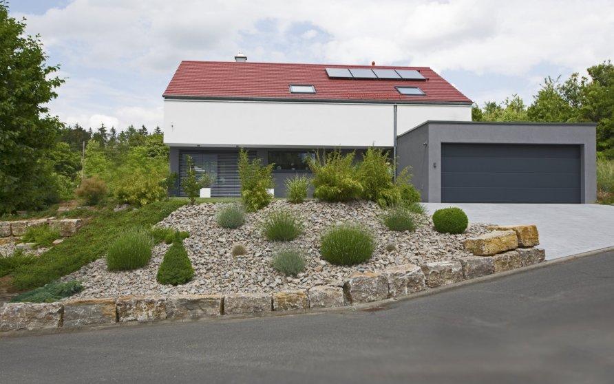 Hauseingangsseite mit Doppelgarage