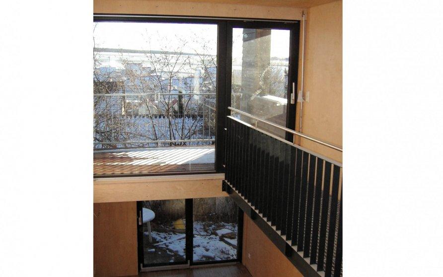 Blick vom Esszimmer ins zweigeschossige Wohnzimmer