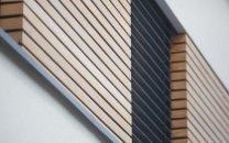 Fassadendetail: Fensterband aus Rhombusschalung